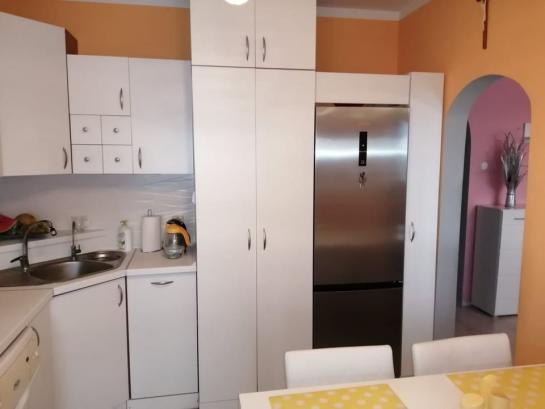 Na predaj pekne rekonštruovaný veľkoplošný 3-izbový byt s loggiou pri Váhu Okres Komárno LR-PN-1424